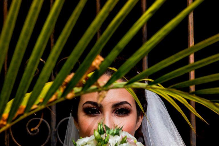 Retrato de novia detrás de una palmera por Alex Miranda
