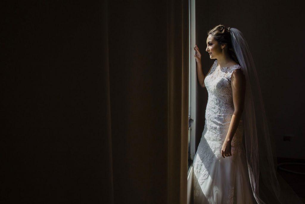 Getting ready de la novia junto a un ventana