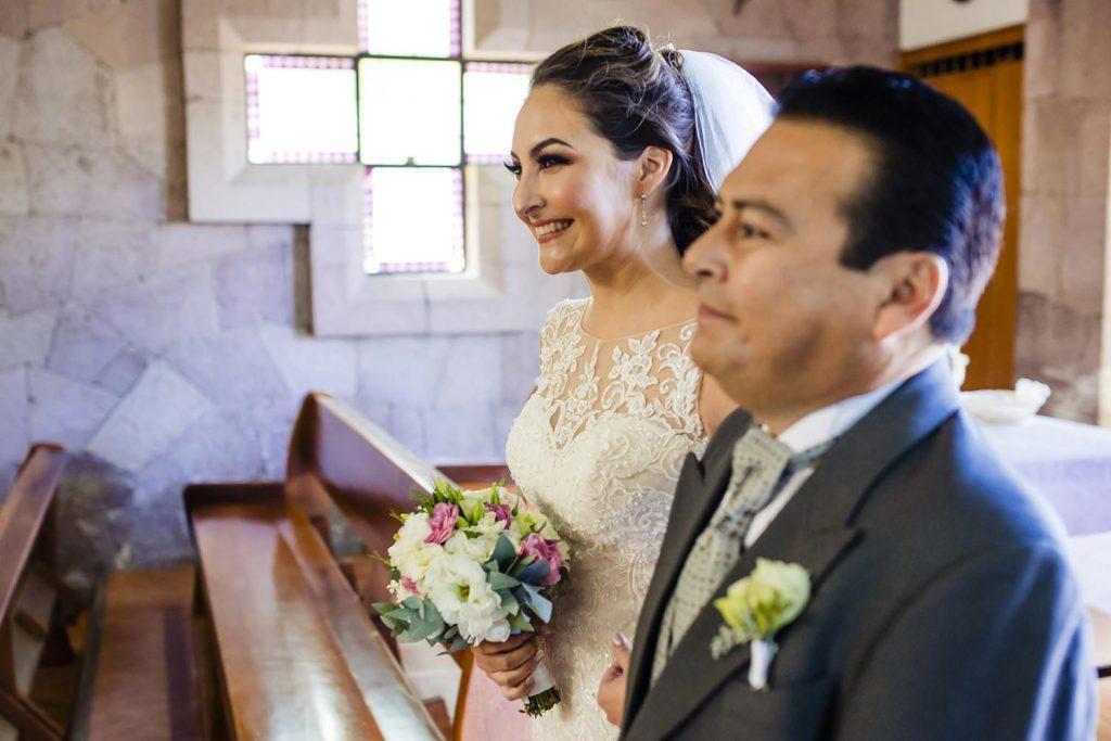 Papá de la novia entrando a la iglesia de la mano de su hija