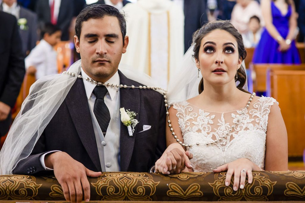Novia mirando al cielo en el altar boda Alejandra y Arturo