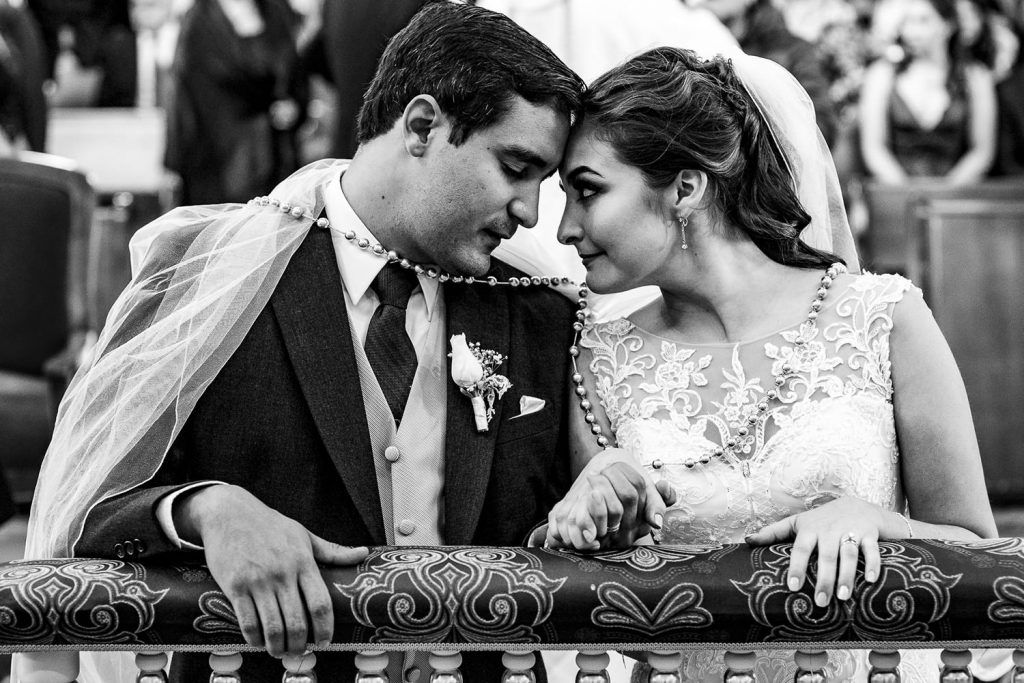 Los novios enamorados en su boda, miradas
