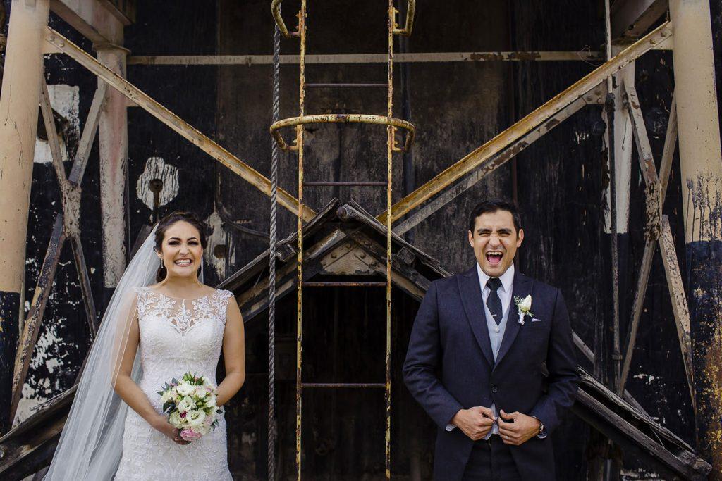 Divertida sesion fotografica de novios el dia de su boda