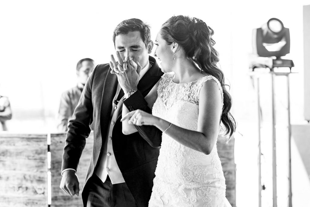 El novio besando la mano de su novia en blanco y negro