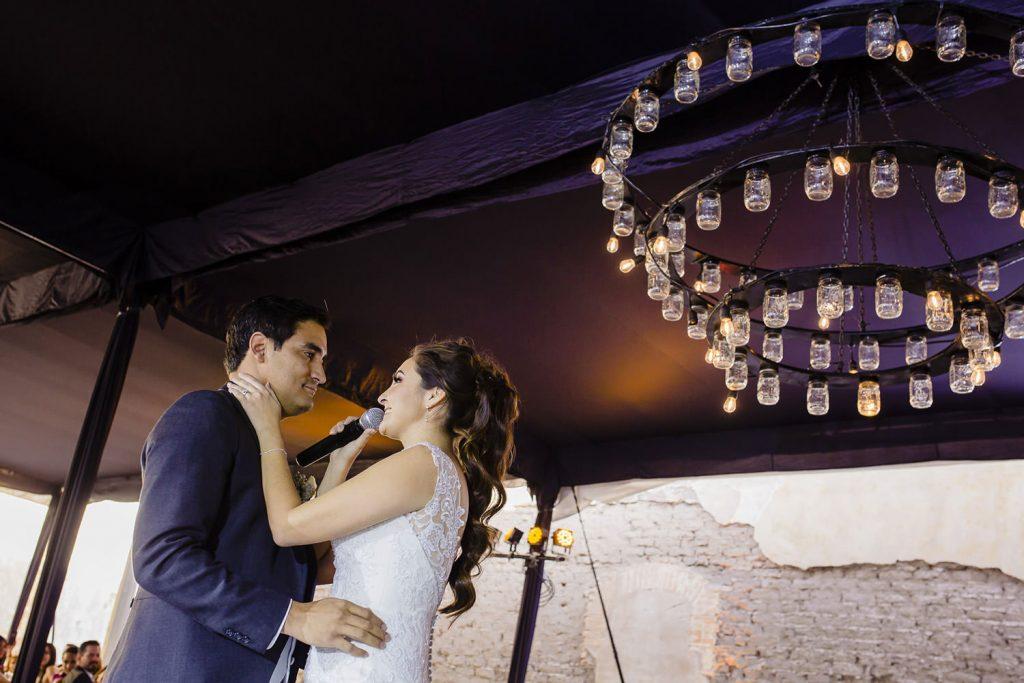 La novia le canta una canción a su esposo
