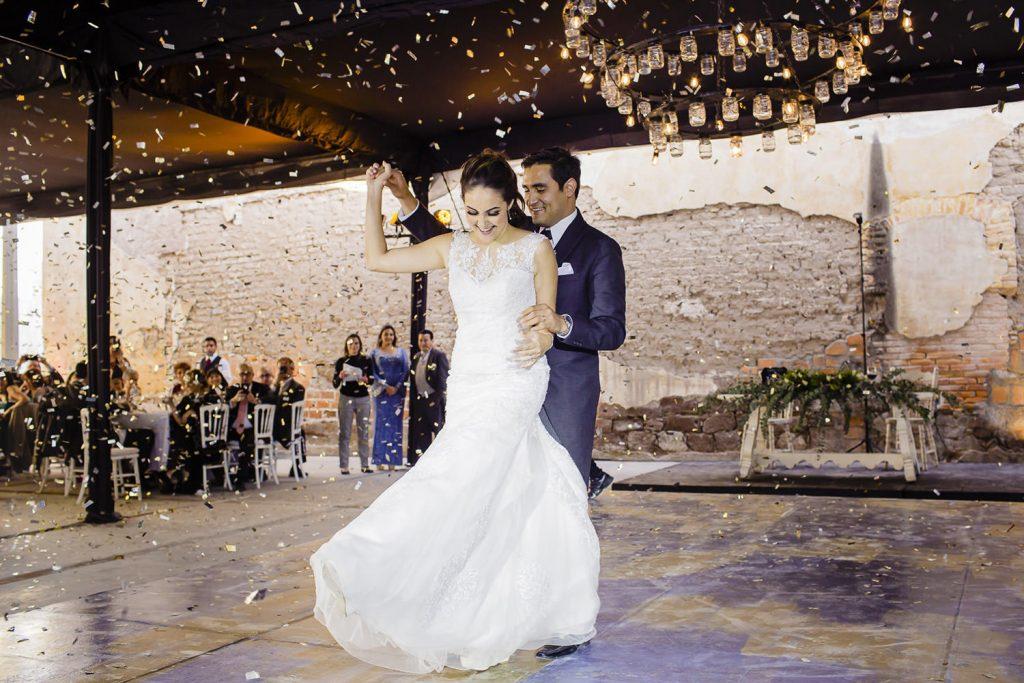 Los novios bailando Vals en su boda