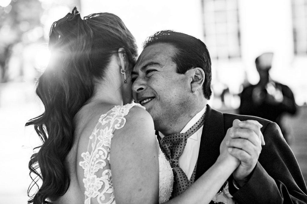 El papá de la novia feliz de bailar con su hija