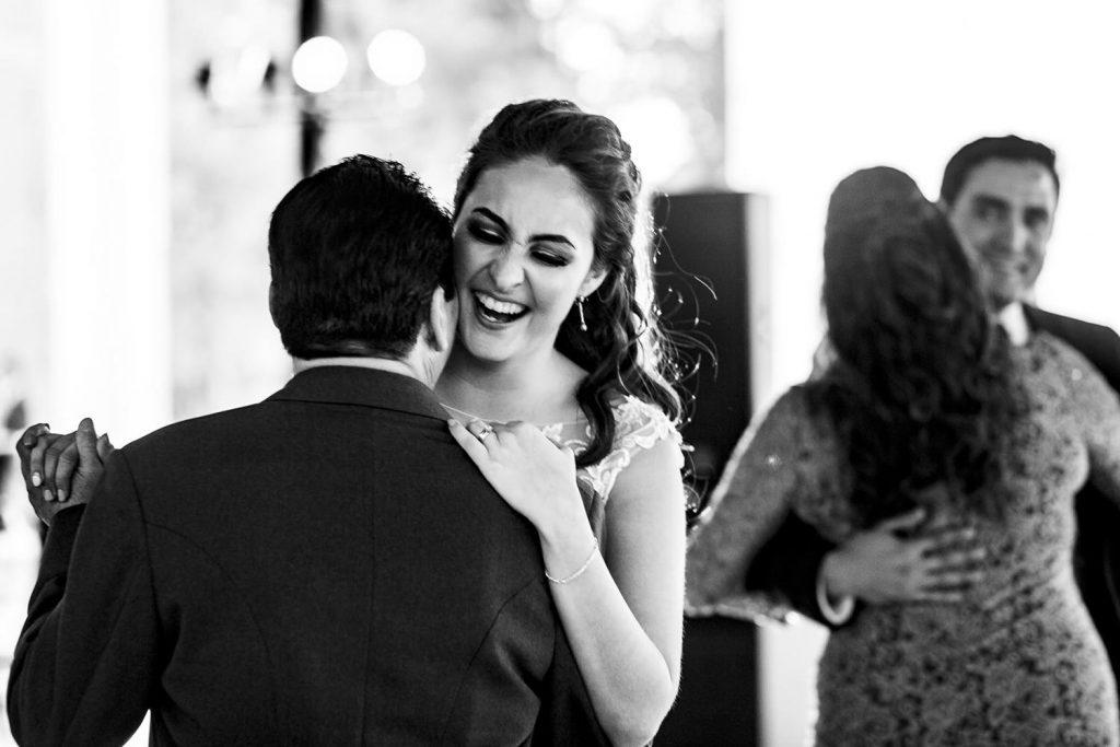 La novia muy feliz bailando con su papá