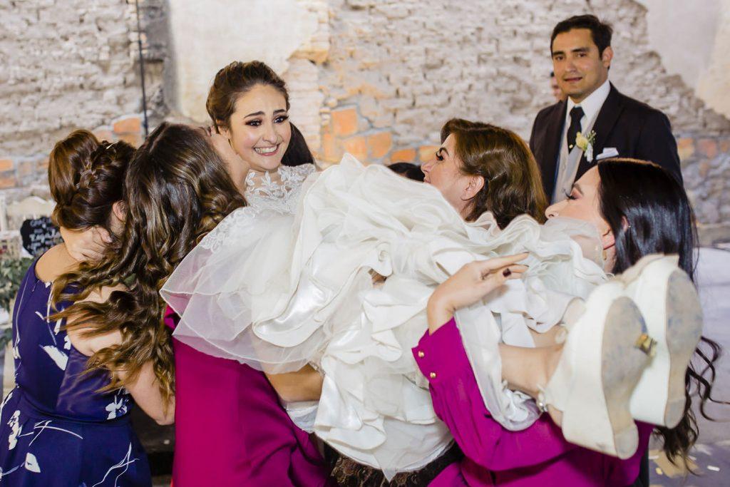 La novia cargada por la amigas en su boda