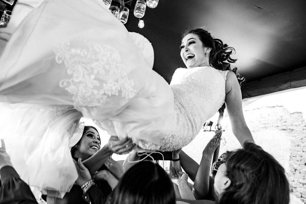 La novia volando por el aire en vestido espectacular