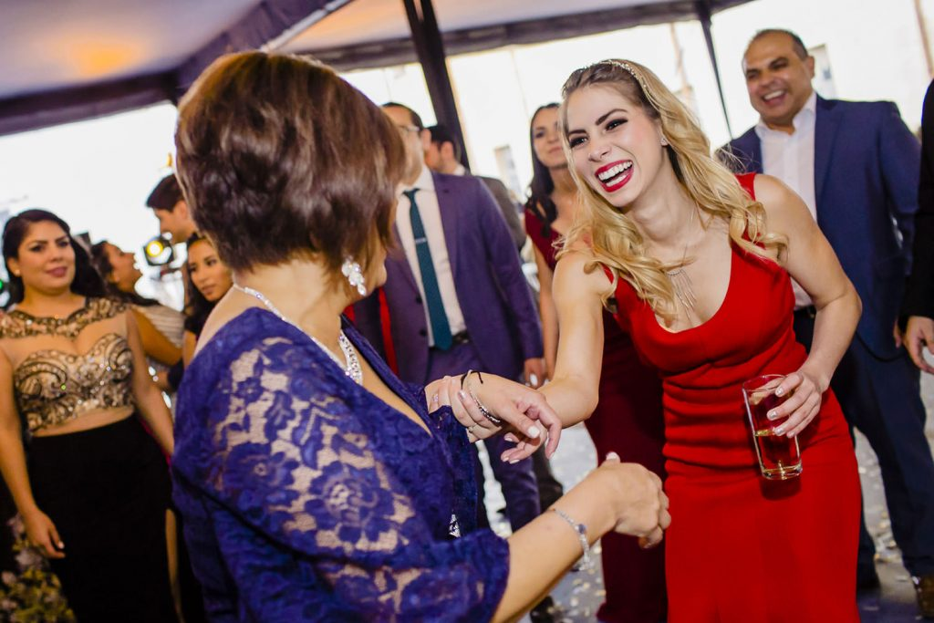 Guapa invitada bailando en una boda