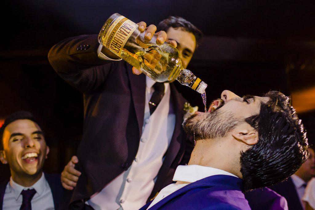 El novio comparte tequila con todos sus invitados