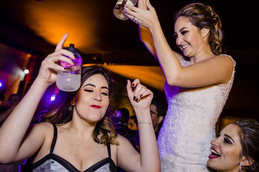 La novia reparte shots de tequila con sus amigas