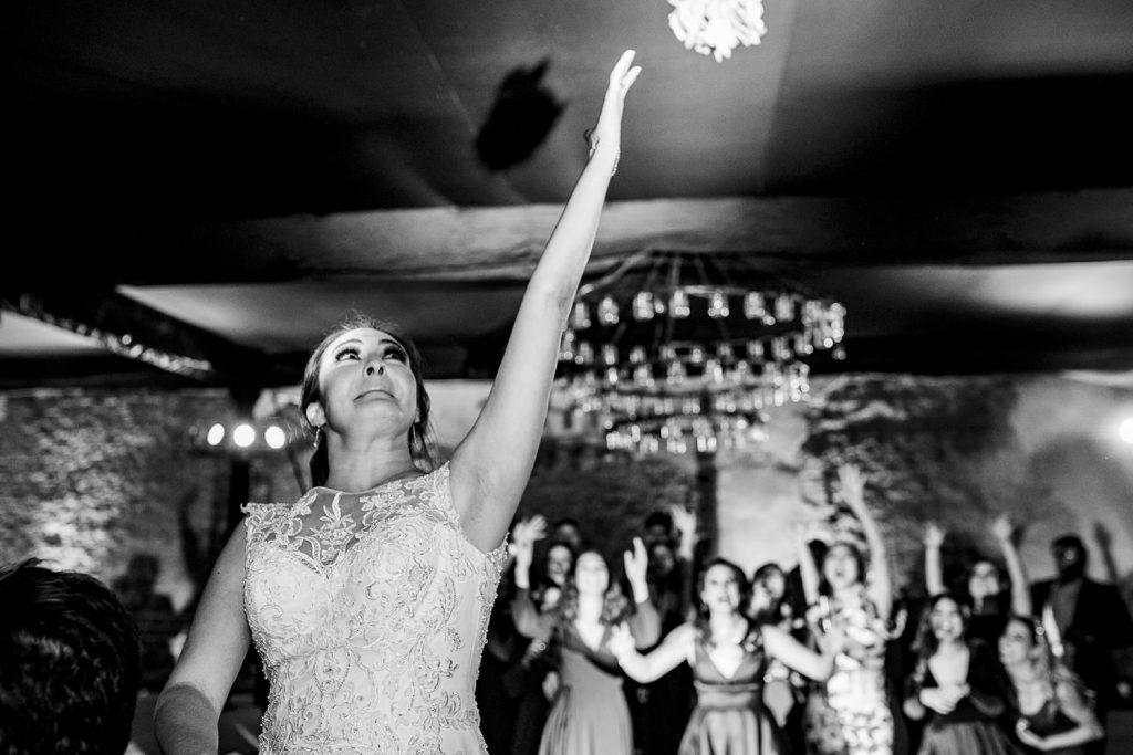 La novia avienta el ramo de bodas por el aire