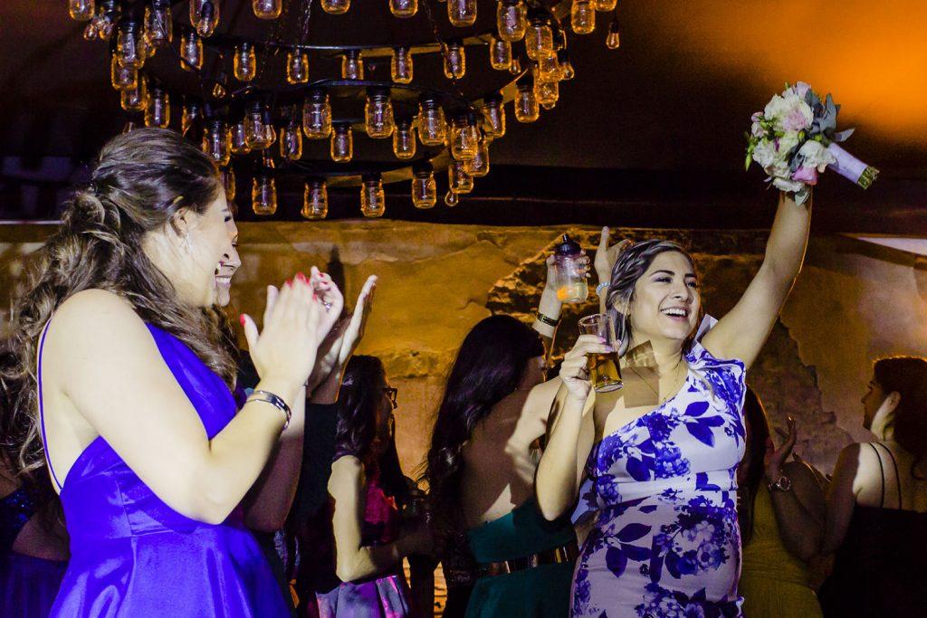 Dama de la boda agarrando el ramo