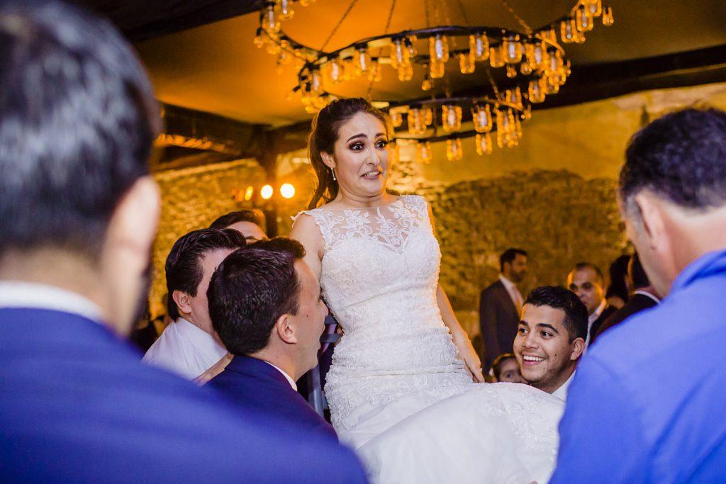 La novia es cargada por sus amigos en su boda