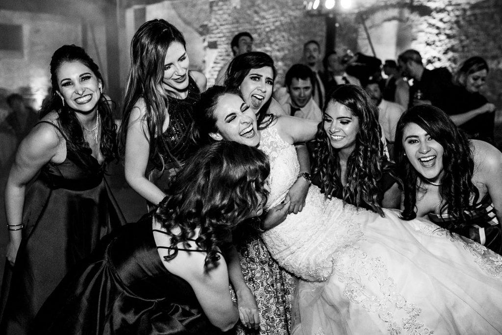 Amigas de la novia divirtiéndose en la boda