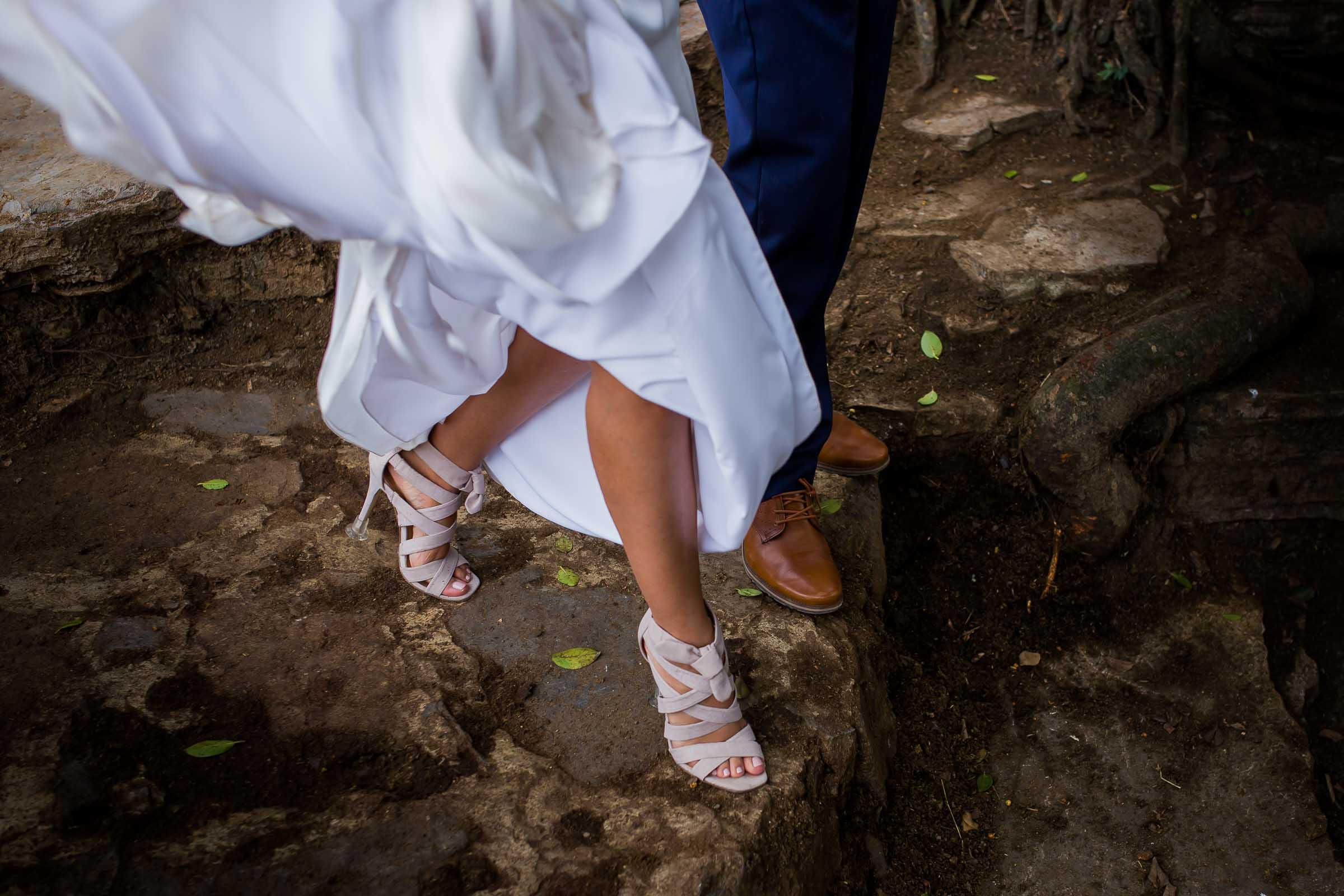 Novia caminando en Xilitla con hermosas zapatillas