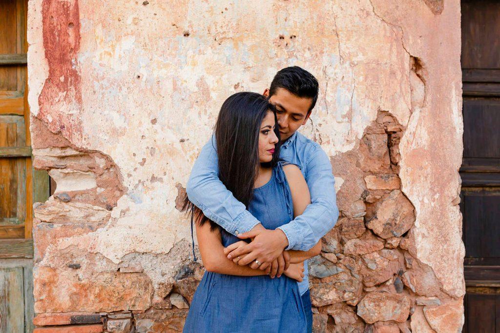 Pareja de novios abrazados en sesión fotográfica preboda de Ximena y Jorge