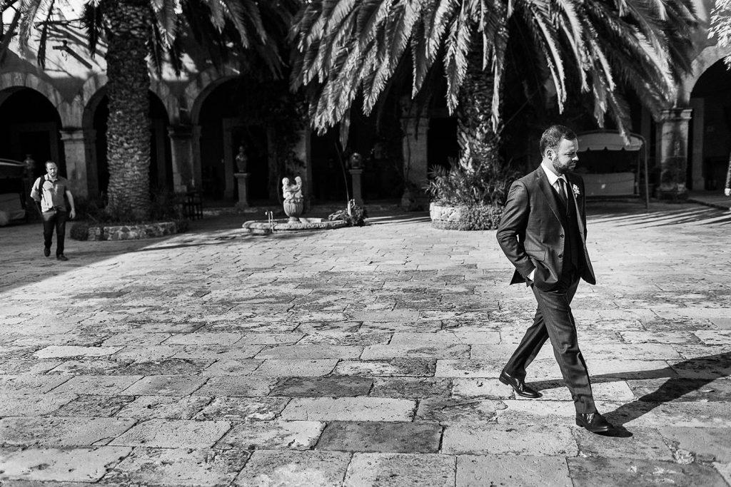 Fotografo de bodas San Luis Potosi, hacienda vallumbroso caminando en el patio