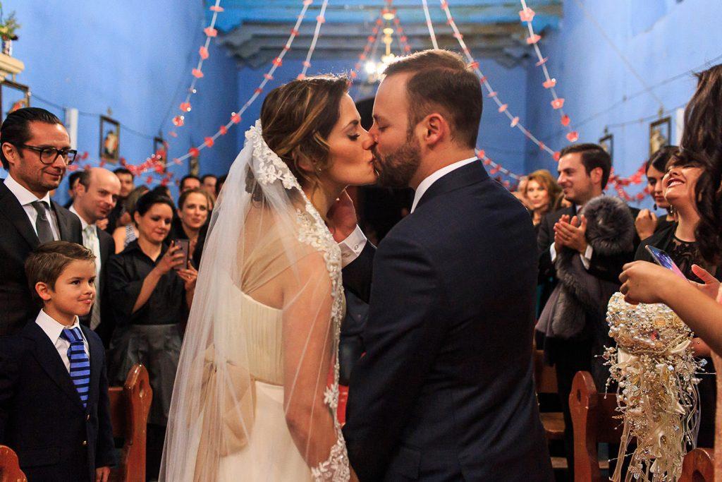 Fotografo de bodas San Luis Potosi, hacienda vallumbroso beso en la capilla