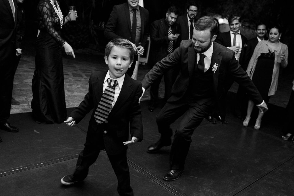 Fotografo de bodas San Luis Potosi, hacienda vallumbroso novio con un niño