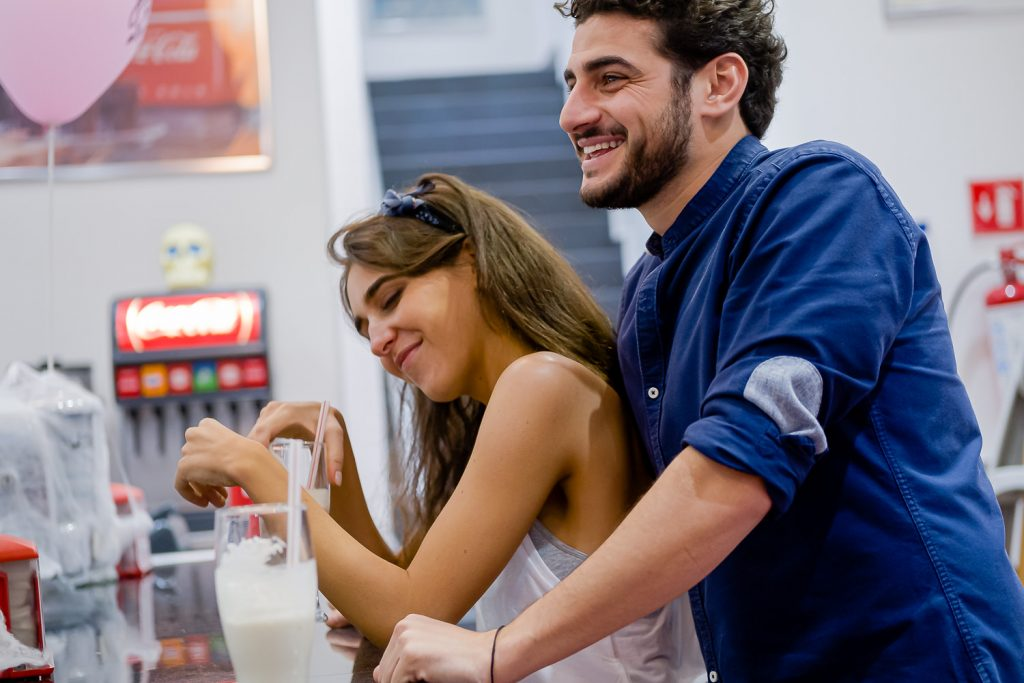 Una pareja divirtiéndose en Jhonny Rockets